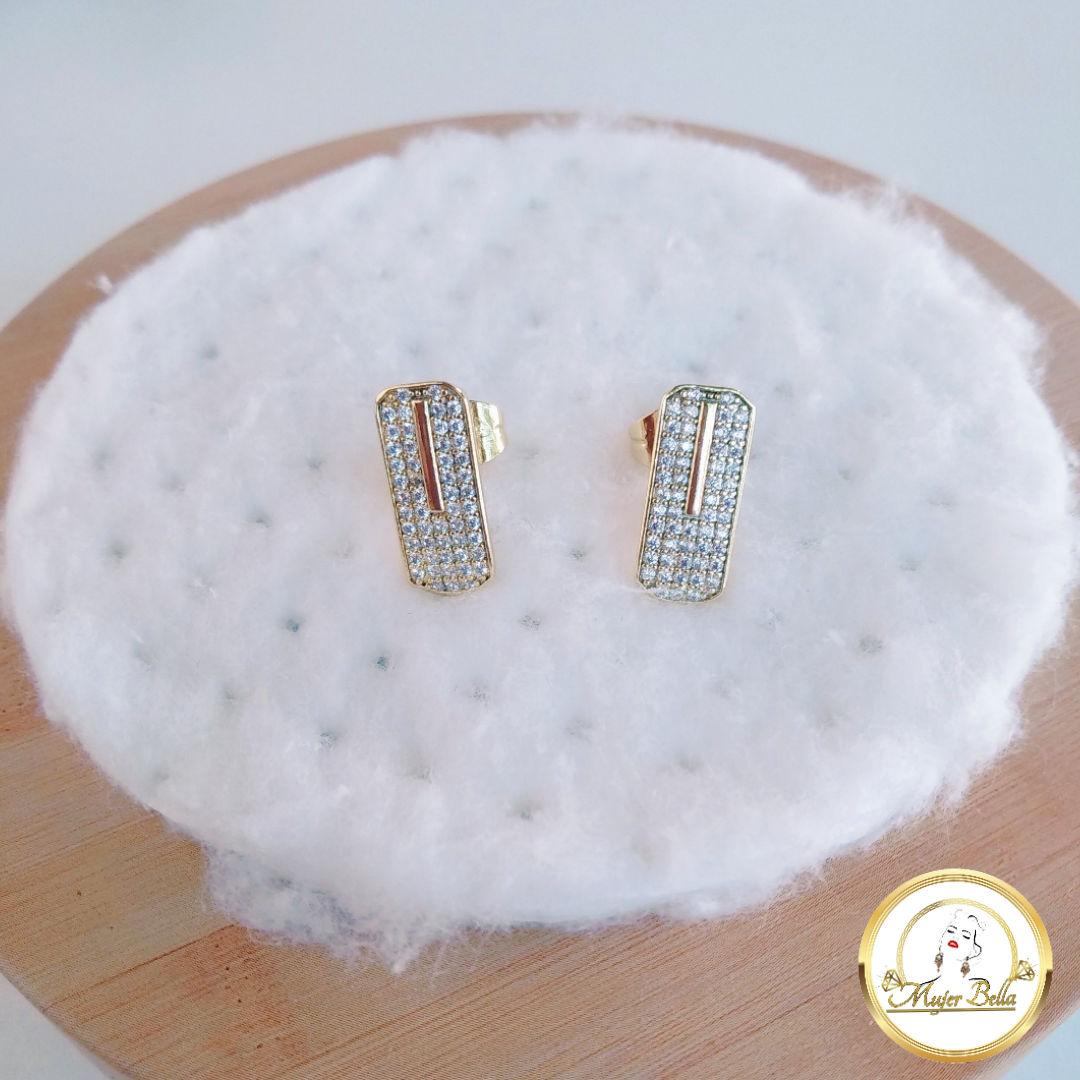 Arete  elegante con piedras blancas