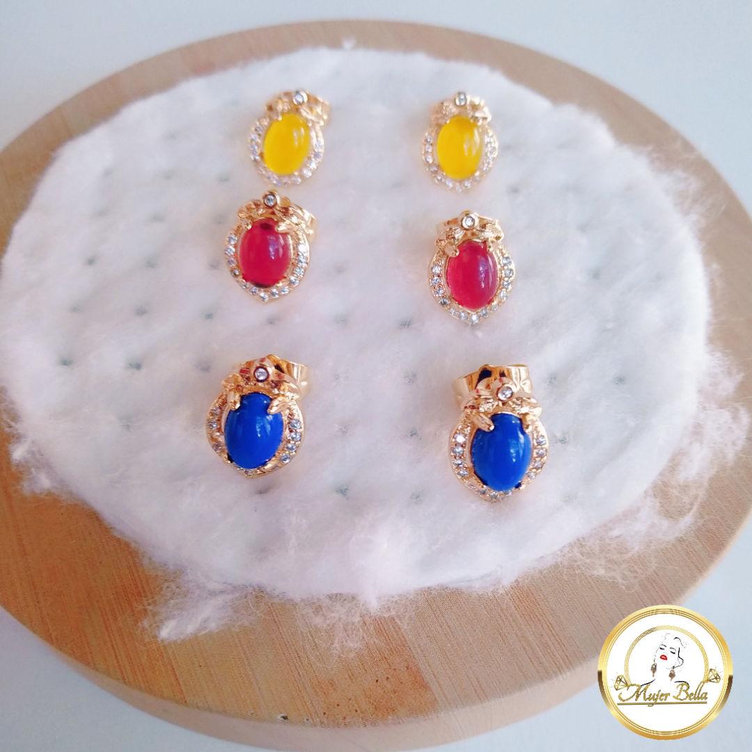 Arete de piedras de colores  en tres colores