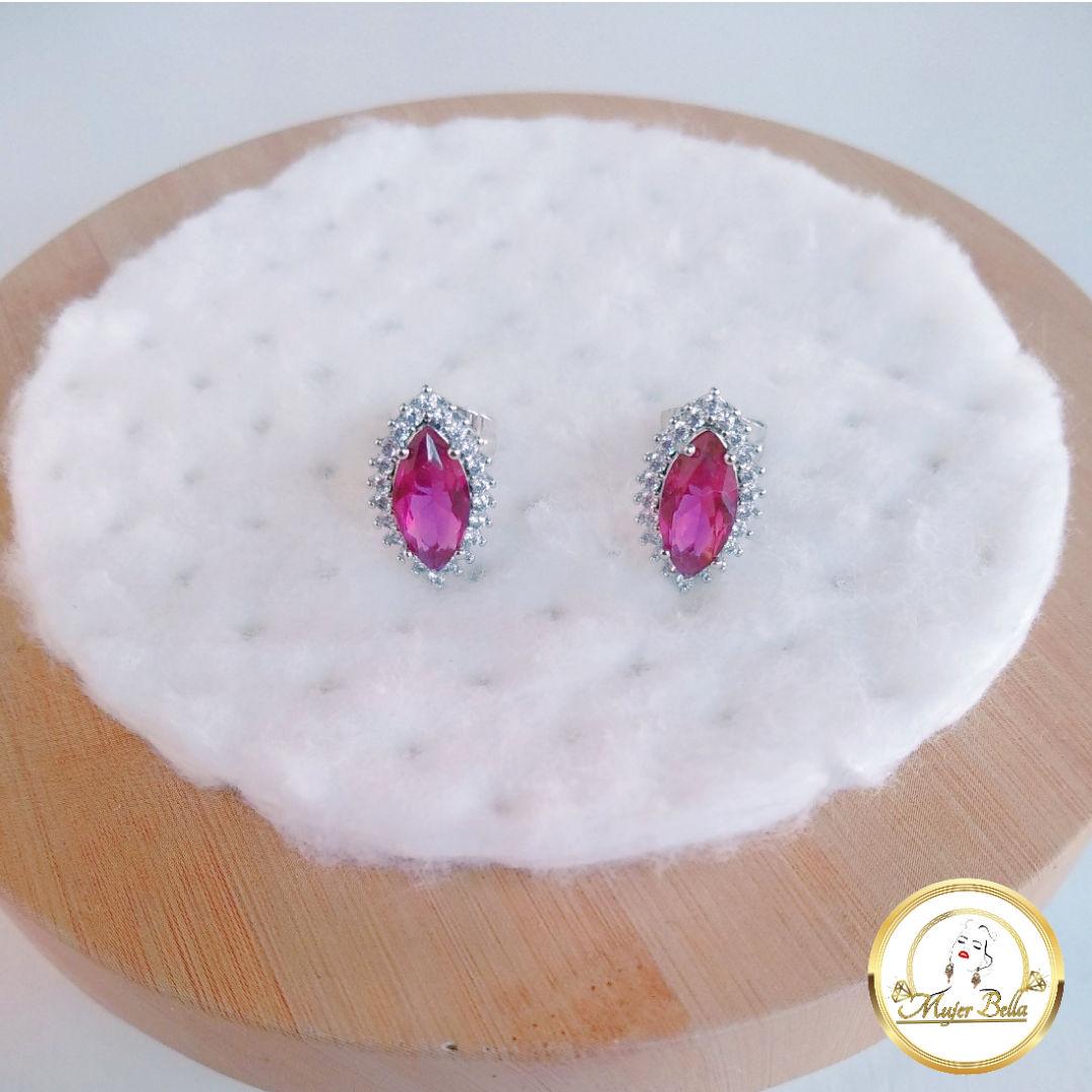 Arete blanco de piedras color rubí