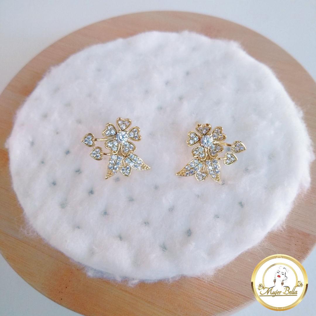 Arete de flor con piedras blancas
