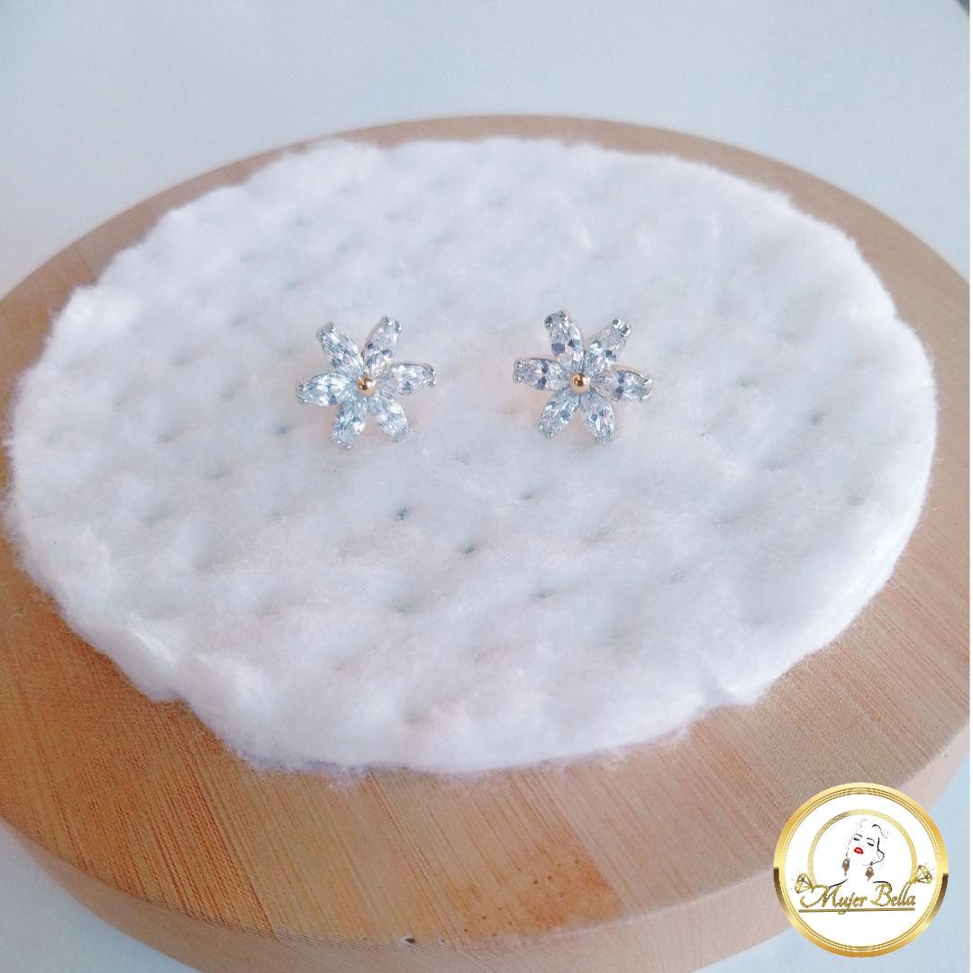 Arete de flor con  piedras blancas de cristal