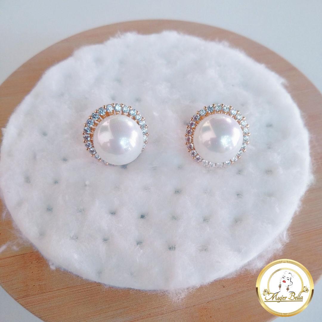 Arete de perlas con piedras blancas