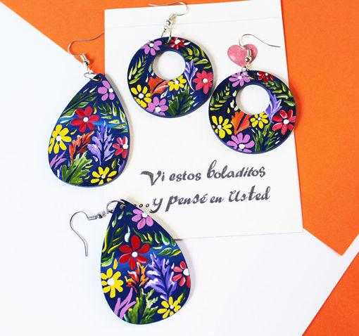 Imagen de Aretes de madera con diseño de flores