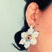 """Imagen de Juego de aretes y anillo """"flores blancas"""""""